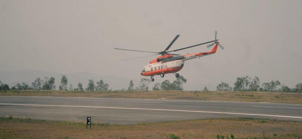 सोमवार सुबह शिमला से चंडीगढ़ के लिए उड़ान भरता हेलिकॉप्टर